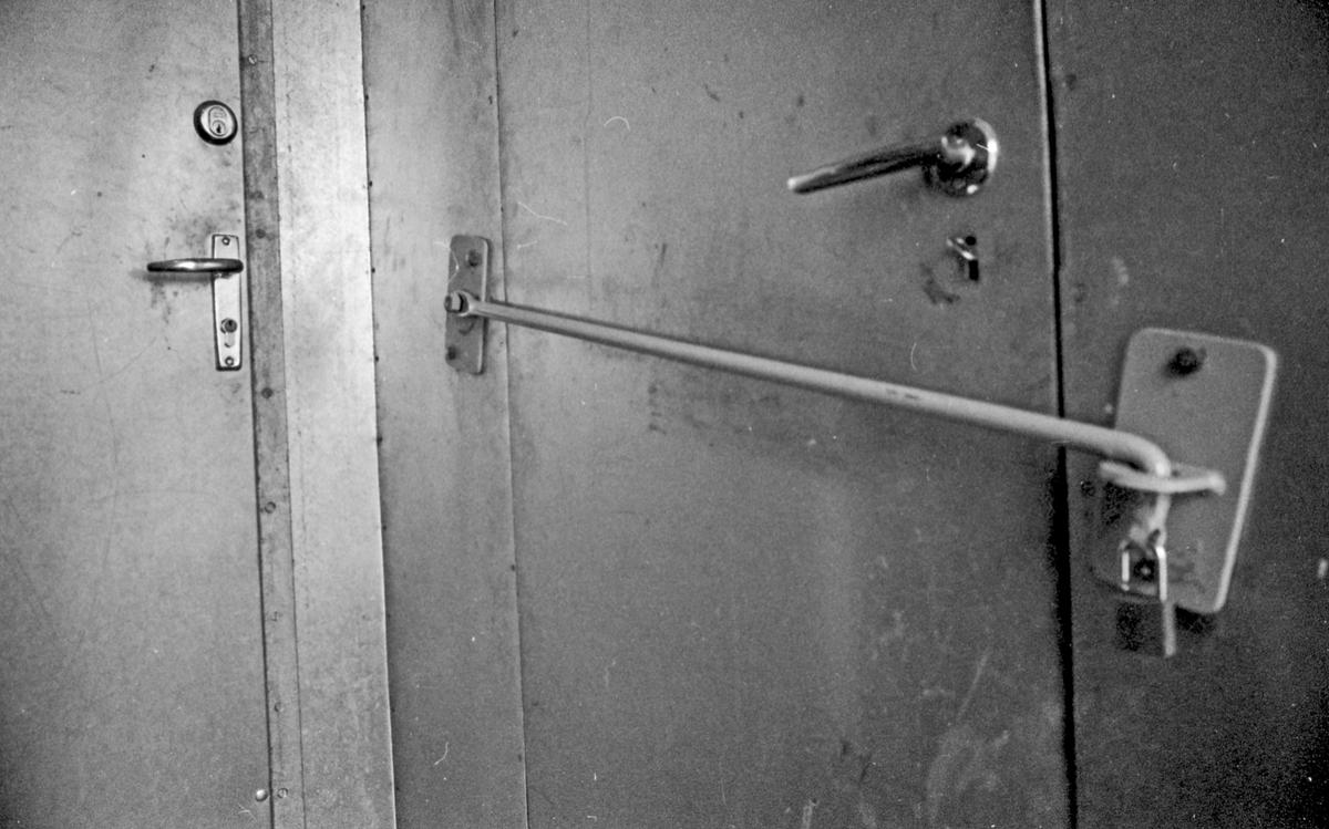 Alarm mot innbrydd. Fysiske stengsler på dører og alarm på vinduer. Mot innbrydd og tyveri.