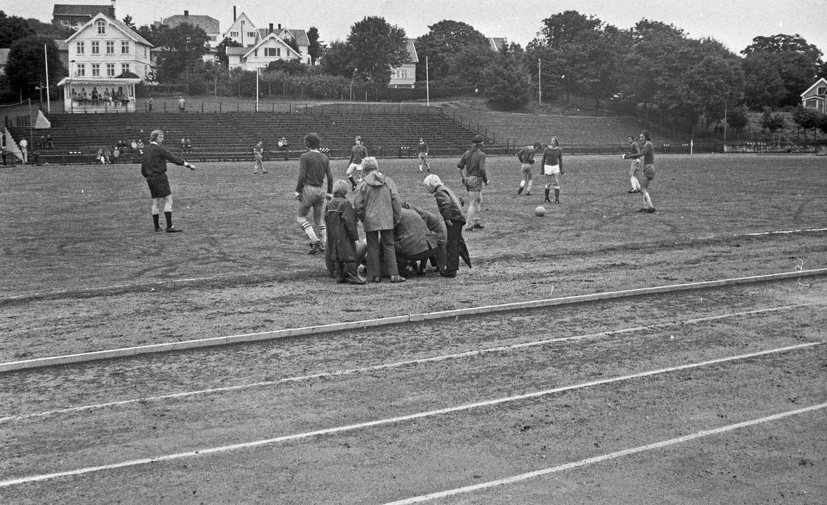 Fotballkamp. Stord spiller kamp på Haugesund stadion. Stor aktivitet på banen.