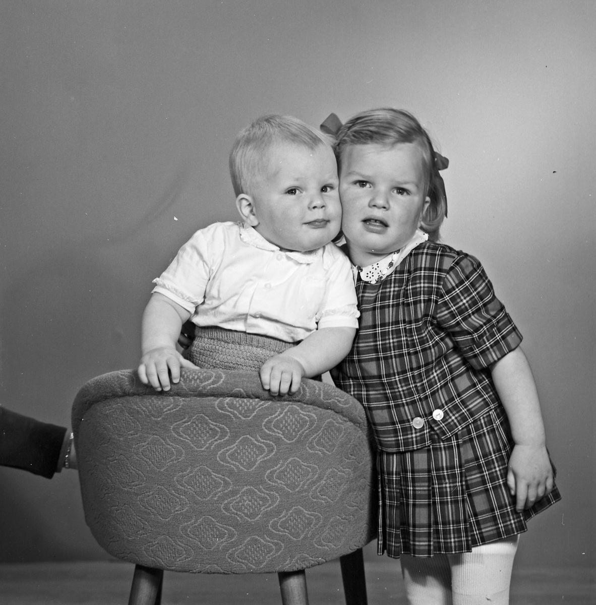 Portrett liten gutt og ung jente - bestiller Åslaug Østebø