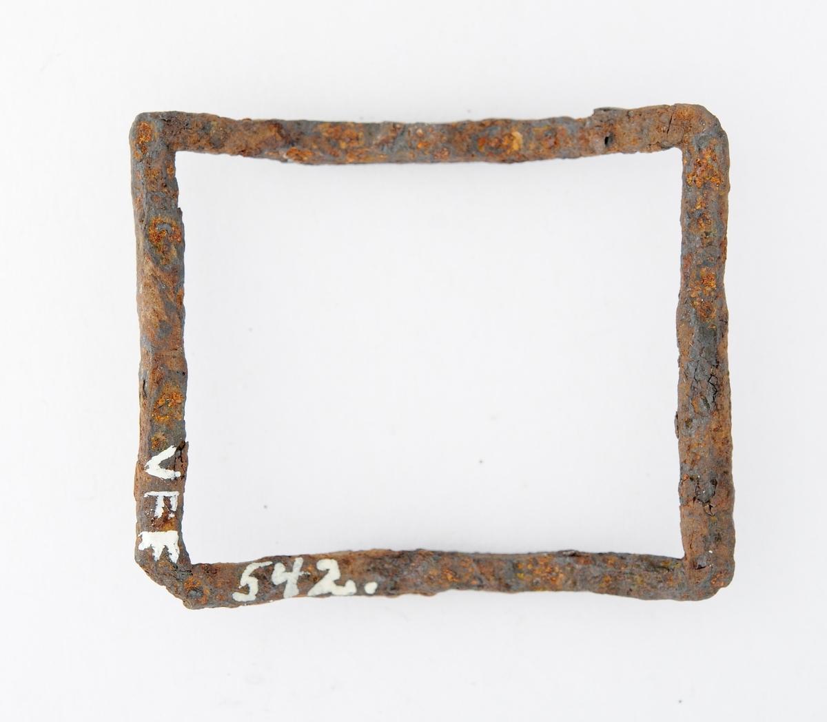 Spenne i jern, rektangulær form, bua. Merke etter tein. Manglar nål.