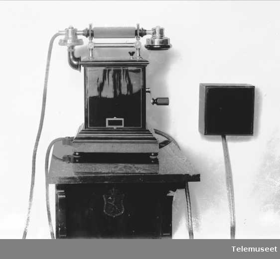 Telefon, magneto bordapparat i tre og stål, klokke 400 ohm, spesial for Koloniministerium. Elektrisk Bureau.