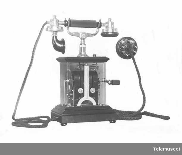 Telefon, magneto veggapparat i tre og stål, mtlf.liggende, klokke 400 ohm.  18.3.14. Elektrisk Bureau.