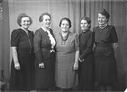 Gruppebilde. Familiegruppe på fem. Søstre. Bestillt av Fru W