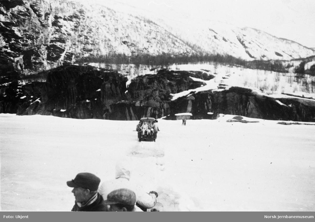 Varebil med passasjertilhenger på isen på Øvervatnet kjører mot Sjønstå