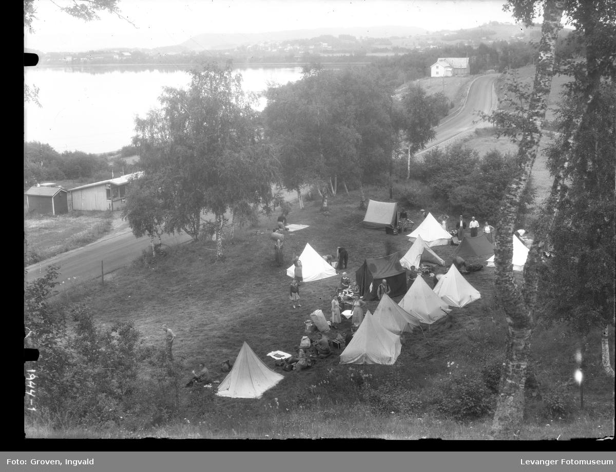 Camping  ved sjøen, kiosken sees på andre siden av vegen.