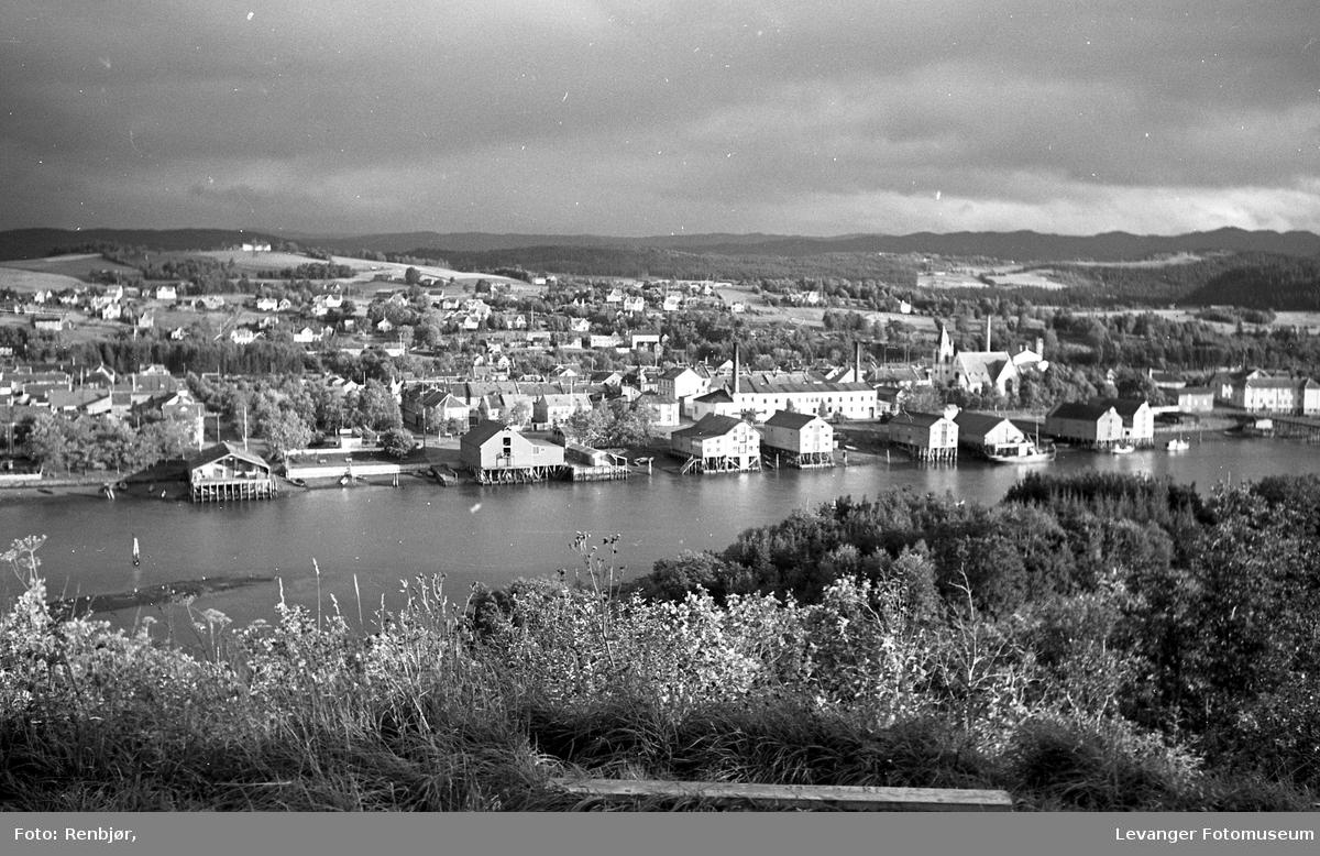 Utsikt over Levangersundet fra Nesset, bryggerekka.