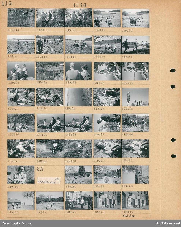 Motiv: Med Stockholms Vandrarföening til Jakobsberg rundvandring; En grupp människor vandrar i naturen, en gruppp kvinnor och män sitter på marken, porträtt av en kvinna.  Motiv: Stockholm; En hästdragen vagn, en grupp människor går på en väg, en grupp människor på en järnvägsstation, gatuvy med en man och en kvinna som läser löpsedlar.