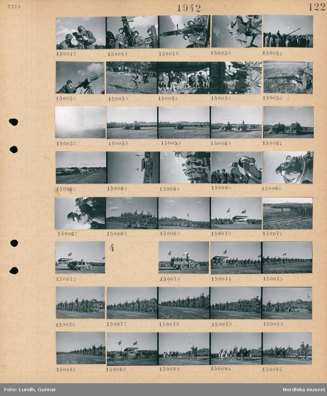 Motiv: (ingen anteckning) ; En militär uppvisning på Gärder, två soldater arbetar med ett optiskt sikte, soldater vid en luftvärnskanon, en kvinna tittar i ett optiskt sikte, en soldat vid en luftvärnskulspruta, en soldat cyklar med hund inför en publik, Kung Gustaf V tittar på en militär uppvisning, en soldat med en kulspruta, pansarvagnar paraderar inför en folksamling, soldater på lastbilar, flygplan flyger i formation, en blåsorkester i uniform.  Motiv: (ingen anteckning) ; En militär uppvisning, soldater på en lastbil, soldater på cykel, soldater rider på hästar.