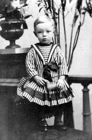 """""""En god Jul ! och en kär helsning til min älskade morbror Yngve från den lilla """"gossen"""" Erik-Magnus."""" den 23 dec. 1889.Erik-Magnus Gallander, den yngre 1889.Född 1887, son till häradsskrivare Gustaf Wilhelm Gallander, Hjo."""