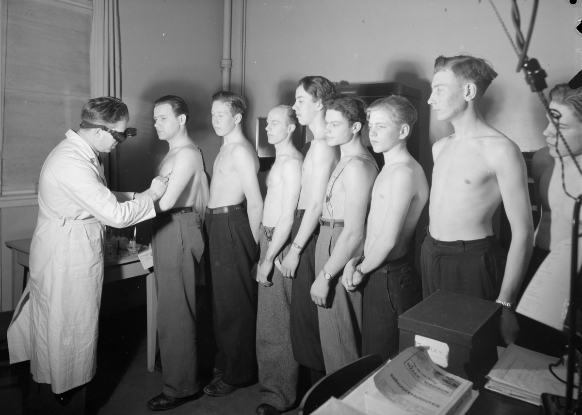 Gutter og menn i kø for å få vaksine..Motiver fra ukjent prosjekt for Fabritius.