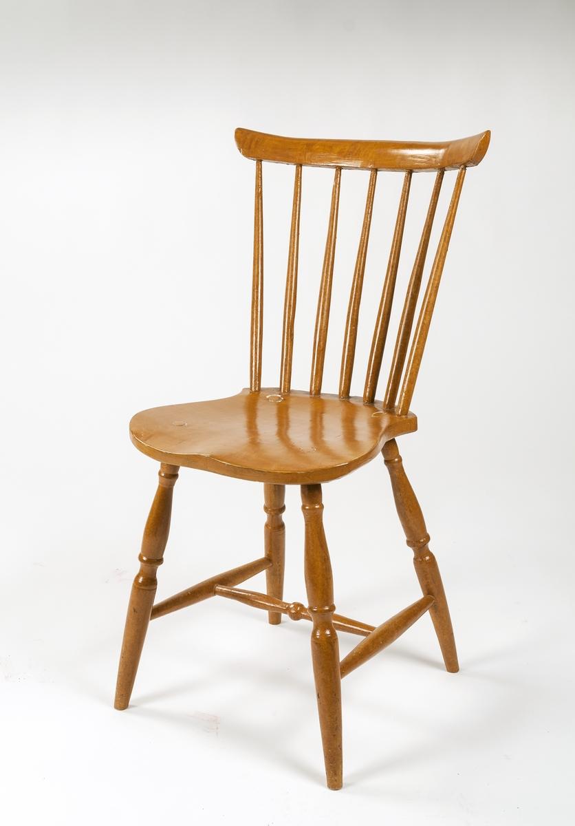Pinnstolar, 5st av trä. Svarvade pinnar, ben och tvärslå. Målat i björkimitation. Mått: b) h 80cm, 39x37 sits