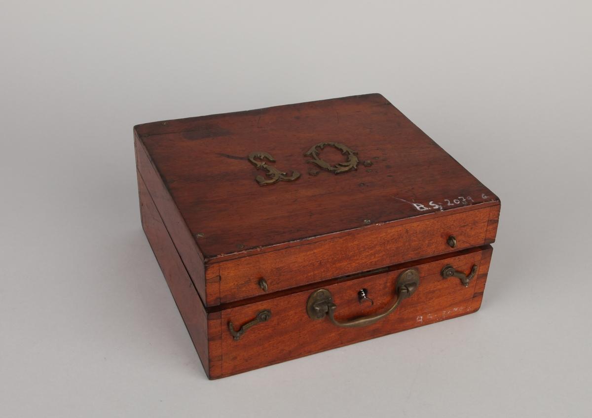 Oktant med sikte og speil med bueinndeling av tre og ben. I mahognykasse med to okularer.
