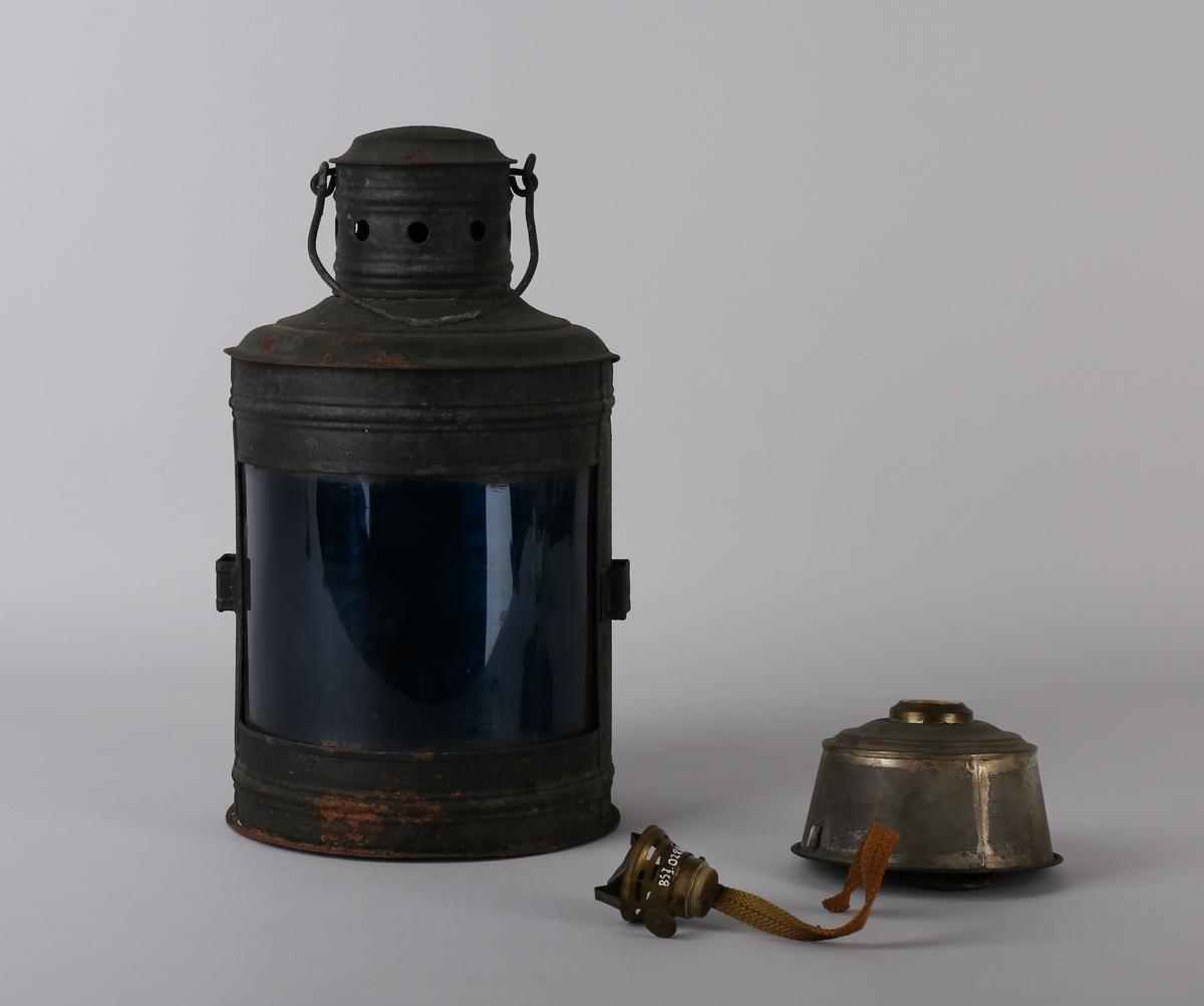 Rund akterlanterne/konvoilanterne med blått glass med hank og parafinlampe.