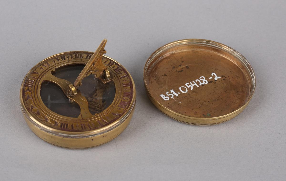 Lite lommeur med solur med kompass. Løst lokk.