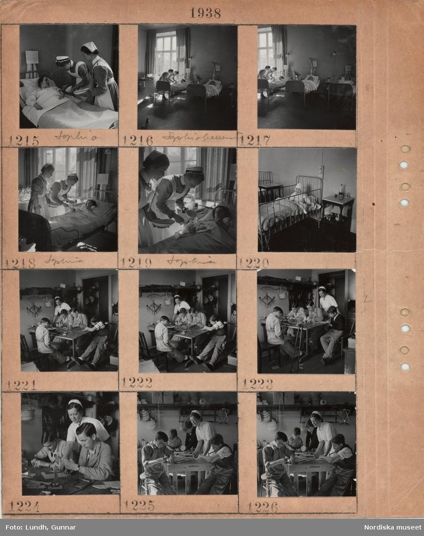 Motiv: Sophiahemmet i Stockholm, sjuksköterskor klädda i uniform i arbete, interiör sjuksalar, kvinnlig patient i säng, litet barn i sjukhussäng med bandage runt huvudet, pojkar i olika åldrar arbetar med slöjd vid ett bord, en sköterska tittar på, ett par käppar lutade mot bordet, hyvelbänk, slöjdalster på hylla.