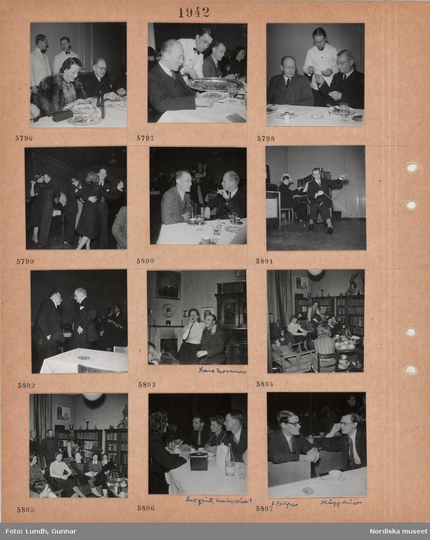 Motiv: Festklädd kvinna och man vid matbord, två servitörer, en man blir serverad mat, två män sitter vid matbord, servitör, dansande par, två män vid ett bord med kaffe och dryck i höga glas, en man spelar piano, en man spelar på såg, två samtalande män framför dansande par, kvinna sitter i knäet på en man, konstnären Lars Norrman, fest i hemmiljö, män och kvinnor, ett par kramas, tekoppar, vinflaska, bokhyllor, personer vid restaurangbord med kaffekoppar och glas, man med mustasch, författaren Artur Lundkvist, kvinna, författaren Maria Wine, två män samtalar, Sven Stolpe och Arne Häggkvist.
