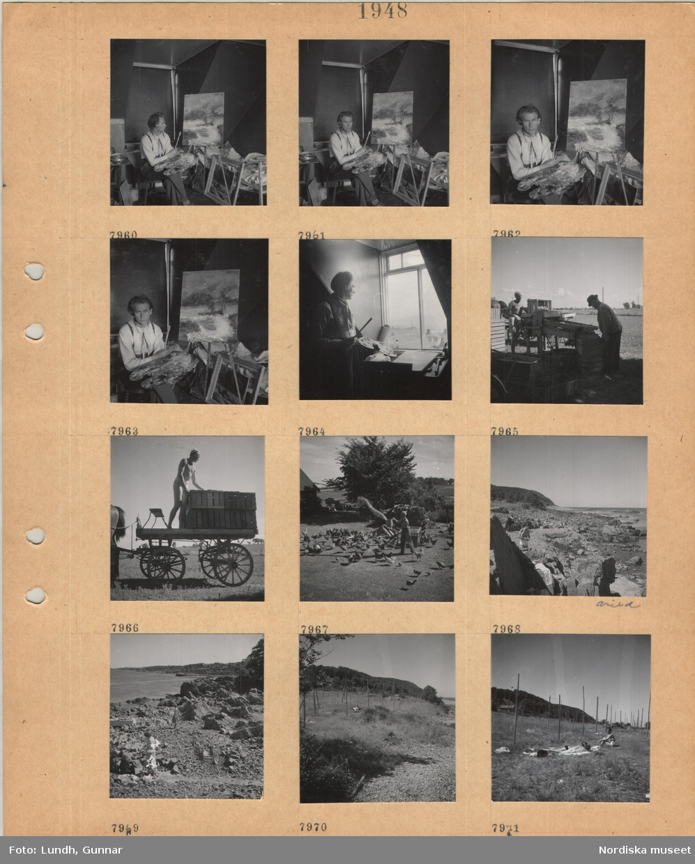 Motiv: En man, norsk konstnär Bergen i Mölle, sitter vid en målning på staffli med palett och pensel i händerna, står vid ett fönster, två män hanterar potatis vid en maskin med transportränna utomhus, man med trälådor på hästdragen kärra, en man utfodrar höns på gårdsplan, stenig strand, Arild, man i badbyxor, gräsmark, solande personer ligger på en filt.
