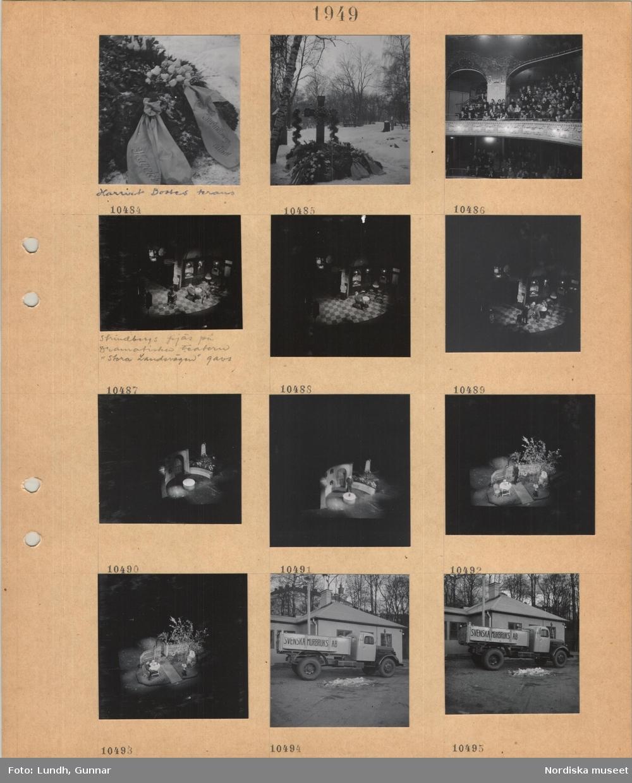 """Motiv: August Strindbergs 100-årsdag 22/1 1949 Stockholm, Strindbergs grav, Harriet Bosses krans, graven täckt med kransar, snö, läktare i en teatersalong med besökare, scenen med skådespelare och dekor, Strindbergs pjäs på Dramatiska teatern """"Stora landsvägen"""" gavs, olika scenbilder, lastbil parkerad framför byggnad """"SVENSKA MURBRUKS AB"""" på flaket."""