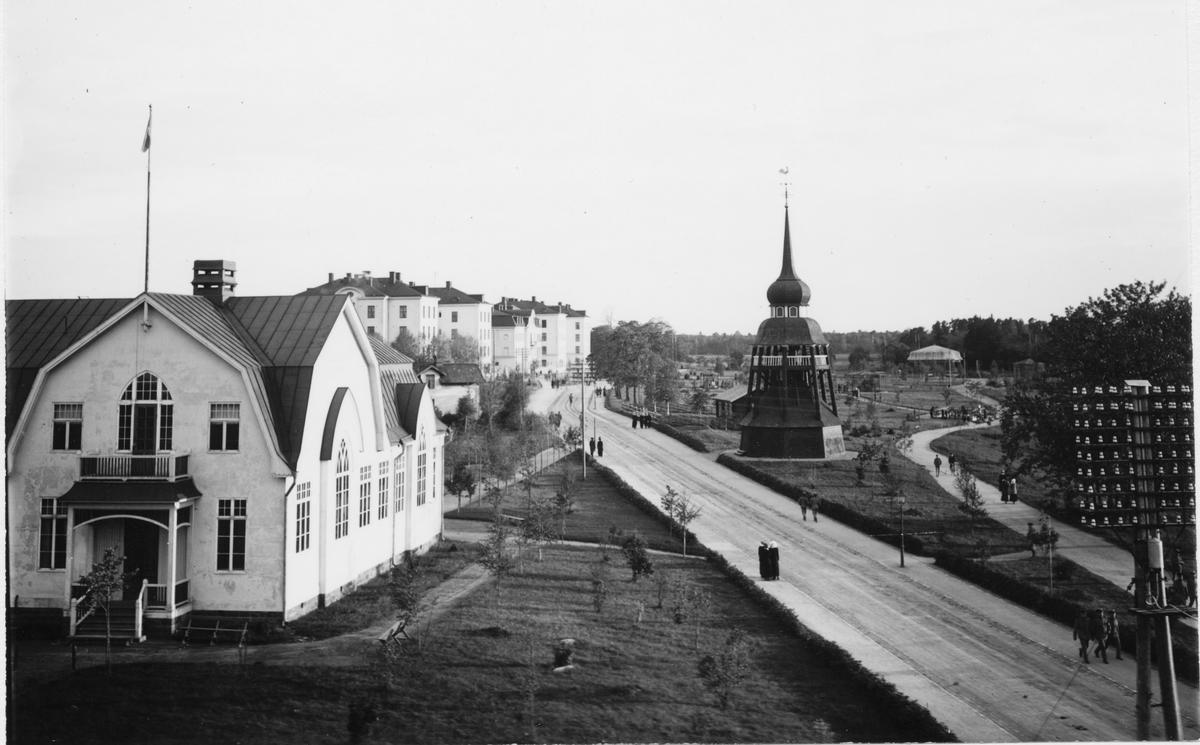 Kungliga Hälsinge regemente: till vänster soldathemmet, till höger klockstapeln i bakgrunden kasernerna.