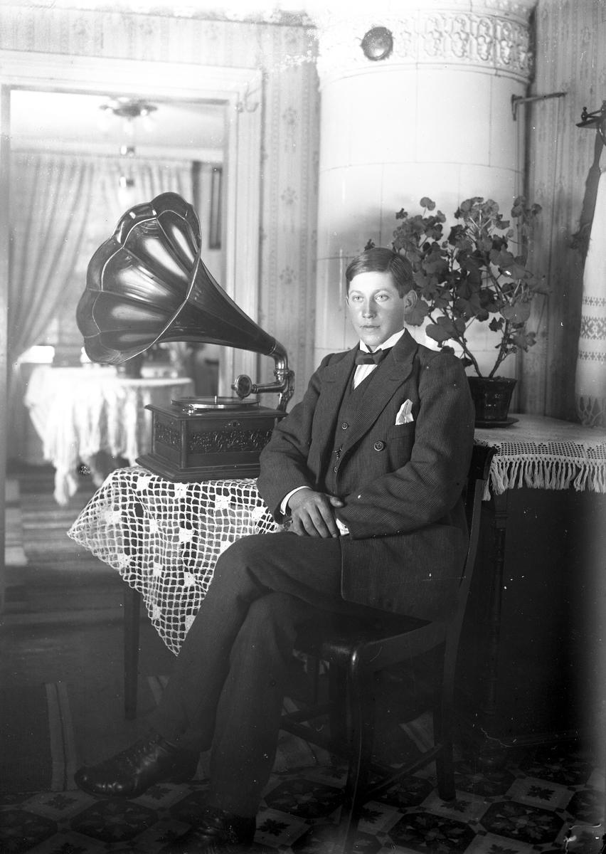 Ung man med sin trattgrammofon. (1919 ?).