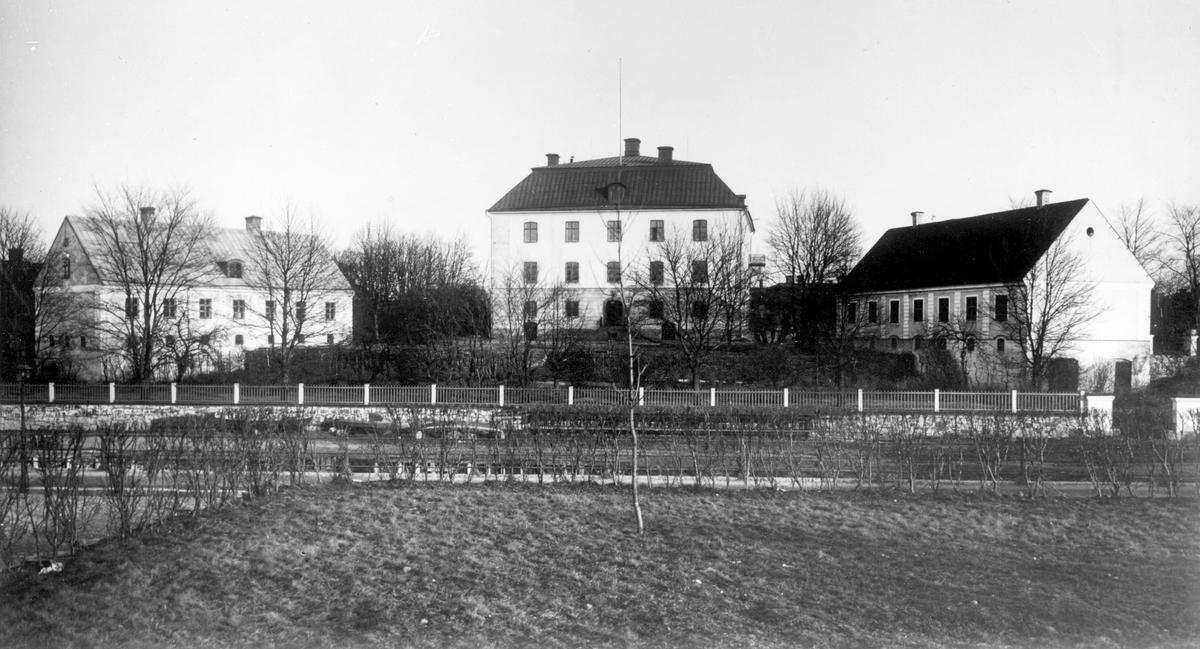 Gävle Slott före 1903. Åren 1583–1593 lät kung Johan III börja byggnationen av ett kyrkslott; en slottsbyggnad där kyrkorummet är det centrala. Slottet hade ett helt annorlunda utseende än det nuvarande. I likhet med andra Vasaslott hade det torn med spiror och utsirade gavlar. Arkitekt Willem Boy byggnaden stod klar 1597. Efter att ha förfallit under flera år rustades slottet upp under 1650- och 1660-talet och blev högkvarter för landshövding och landsstaten. Påsken 1727 bröt elden ut. Slottskyrkan lades i ruiner och slottets översta våning totalförstördes. Slottet fick stå övergivet  innan man 1741 beslöt att reparera och inrätta till landshövdingeresidens. Överintendent Carl Hårleman fick utföra ritningar till renovering och ombyggnad, efter detta  fick Gävle slott det utseende det har sedan dess. År 1754 kunde landshövdingen Axel Johan Gripenhielm flytta in. Innanför slottsmuren ligger Slottshäktet. Ursprungligen matkällare, under 1600-talet fick byggnaden ny funktion som häkte. Det brann ner i slottsbranden 1727, men återuppbyggdes och stod klart 1732.