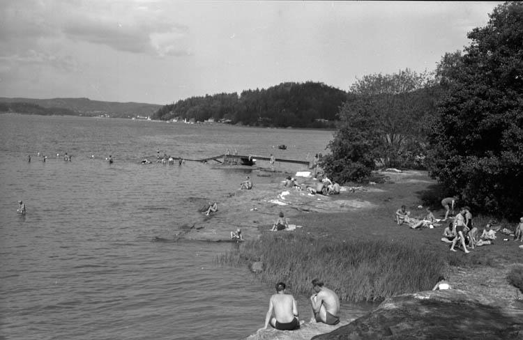 """Enligt Bengt Lundins noteringar: """"Lyckorna. Varvsbadet. Badande vid klippor. Foto BL 1720""""."""