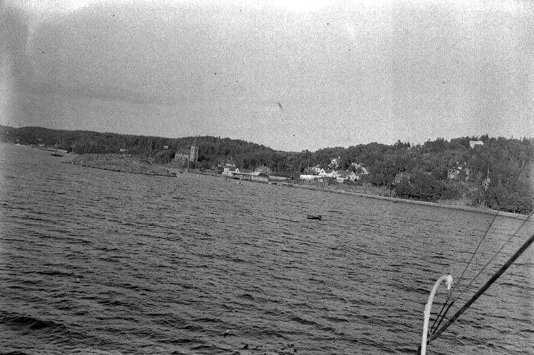 """Enligt Bengt Lundins noteringar: """"Lyckorna. Ljungholmen, ångbåtsbron från båt""""."""