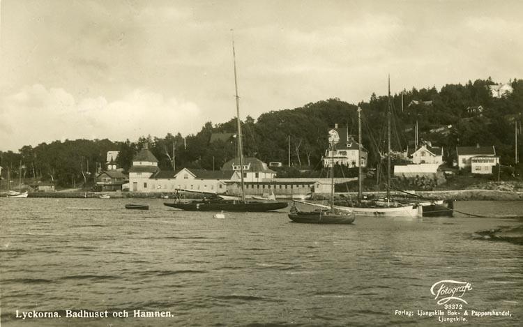 """Enligt Bengt Lundins noteringar: """"Lyckorna. Badhuset och hamnen. Fyra segelbåtar""""."""