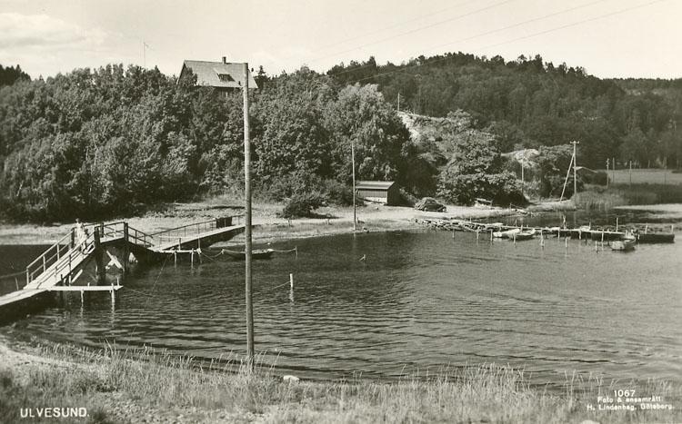 """Enligt Bengt Lundins noteringar: """"Sundet med gångbro. Brygga med småbåtar"""" ."""