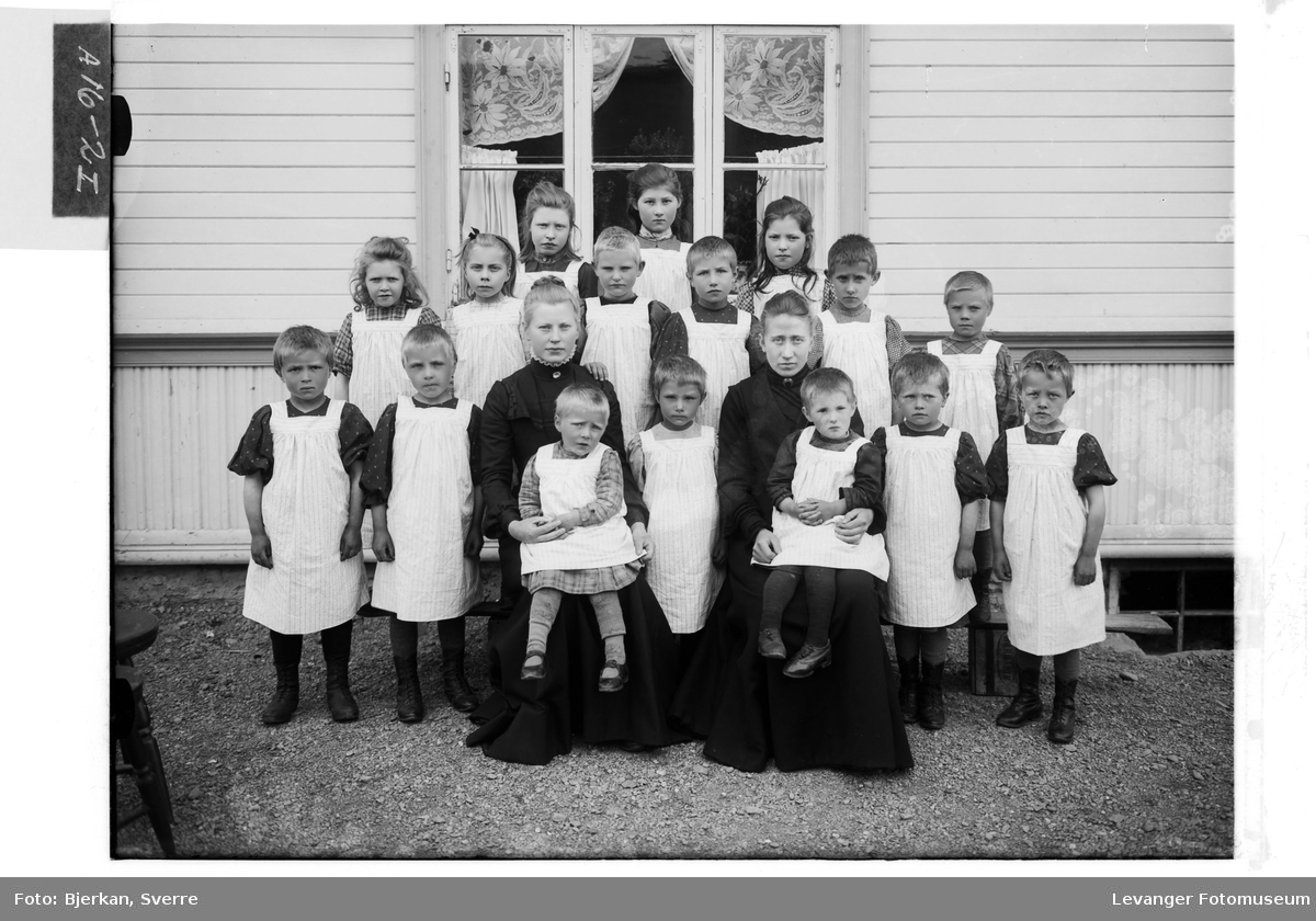 En gruppe barn i hvite forklær, i førskole og skolealder, sammenheng ukjent.