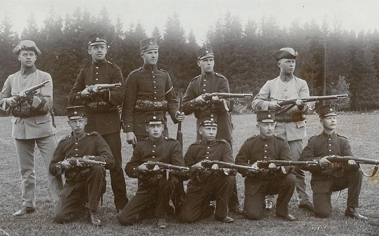 """Enligt Bengt Lundins noteringar: """"Gruppbild med gevär""""."""