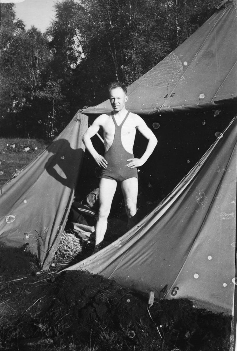 Suneson, furir, A 6, utanför ett tält.