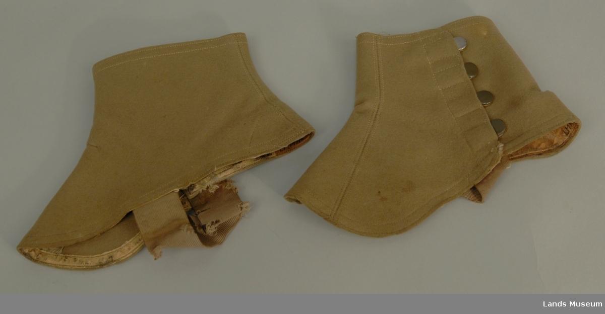 Fabrikkprodusert ullfilt. 4 trykknapper. Strikk til å ha under skoene.