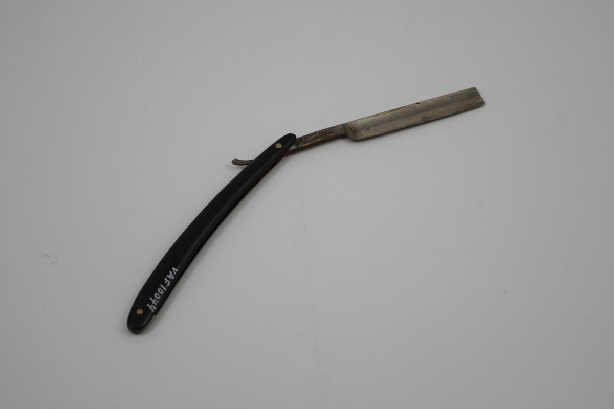 Sammenleggbar barberkniv med rett egg. Bladet munner ut i tynt skaft med en krumning som holdegrep med fingeren. Skaftet er naglet fast til kniven. Består av to deler, der den ene delen fungerer som beskyttelse for  kniven i sammenlagt stilling.