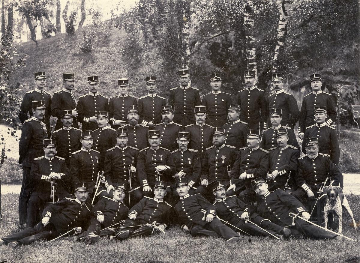 Grupporträtt av underofficerskåren vid Göta livgarde I 2 på norra Djurgården, 1890-tal.