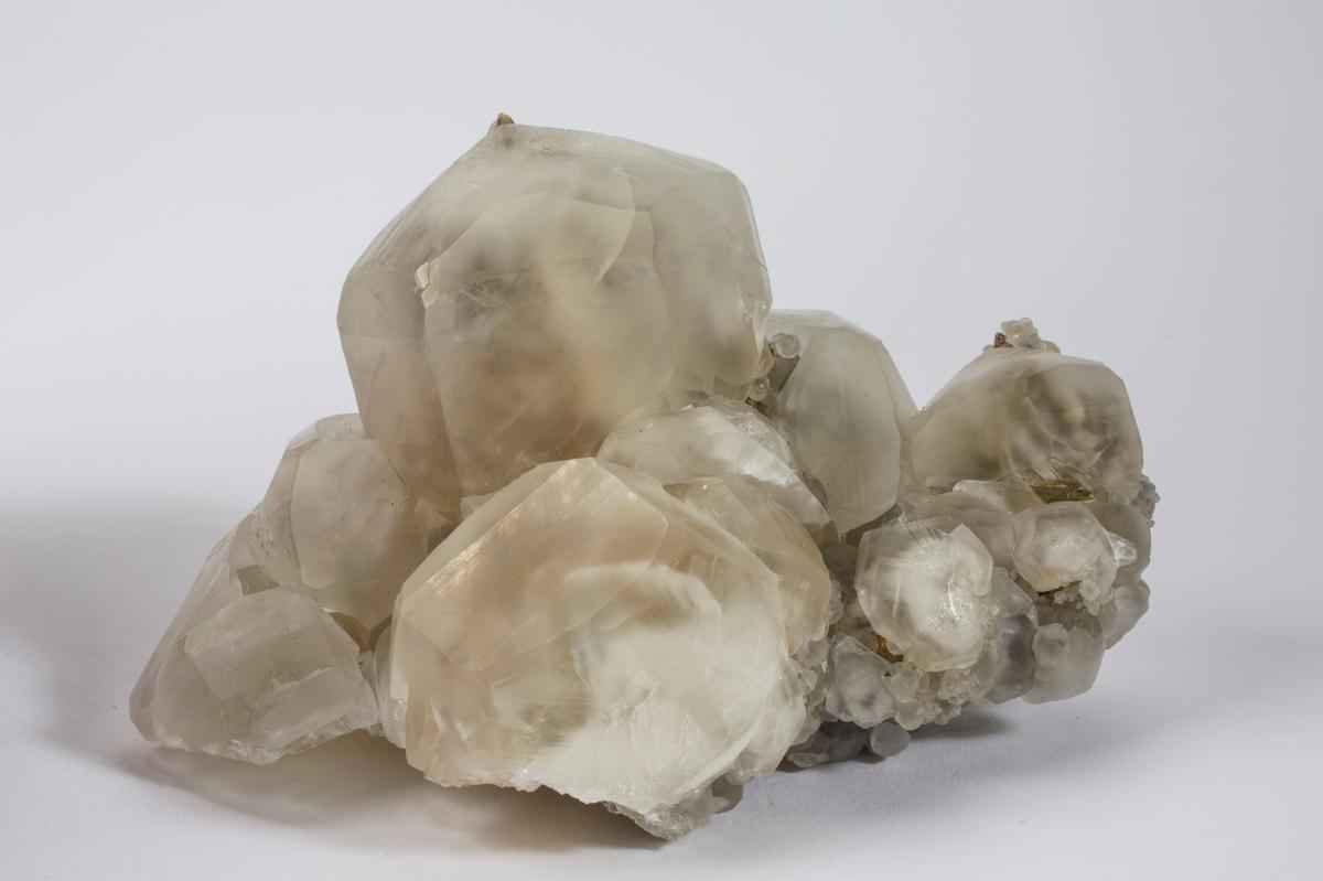 Kalsitt, prismer med brun spiss indre krystall (fantom).