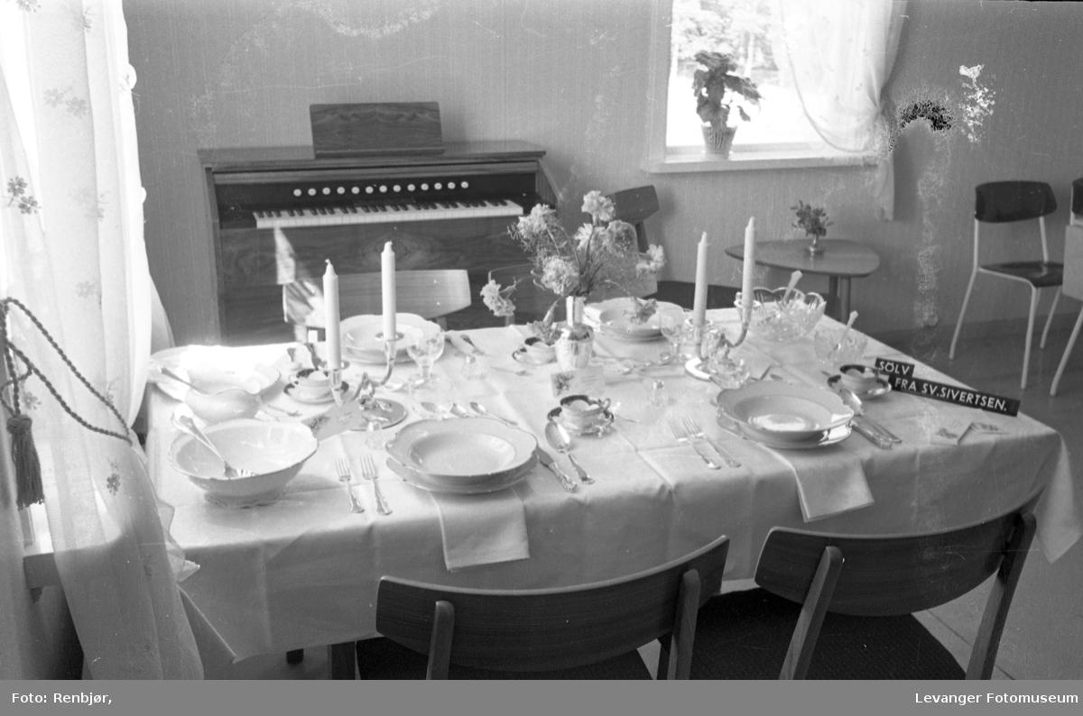 Spisestue interiør, fra Bo-utstilling. Husorgel fra Isachsen & Renbjør. Dekket til fest.