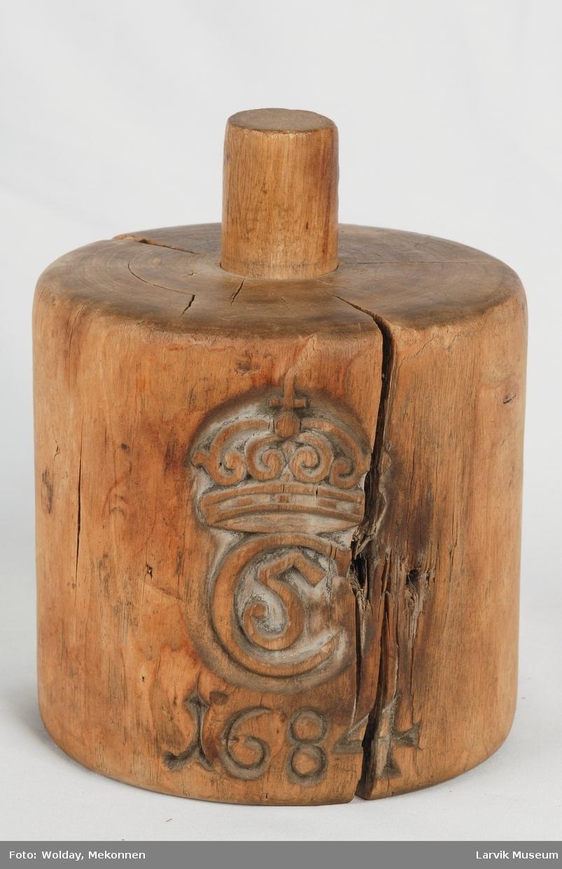 Form: utstyrt m/ Christian V's kronede monog. og 1684
