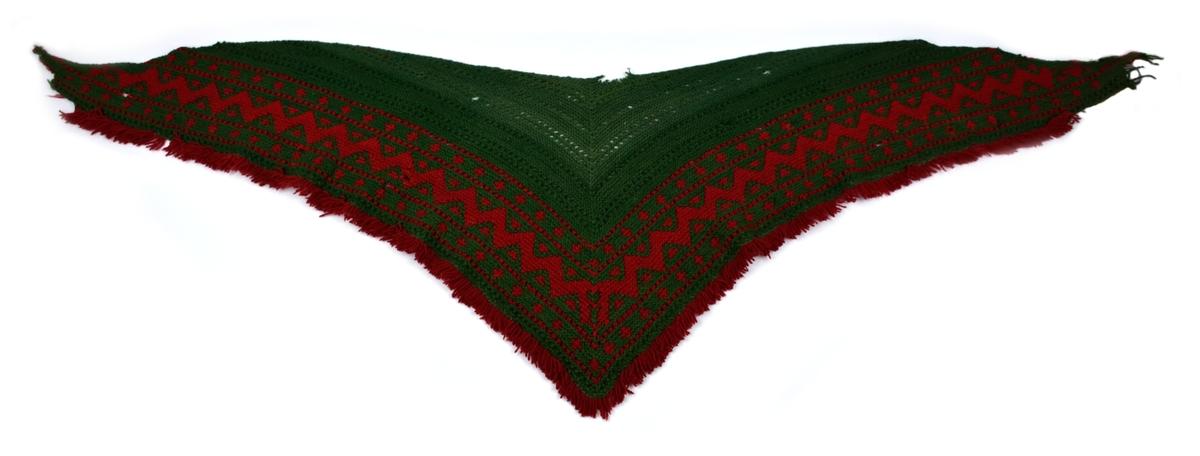 Schal, s.k. stickschal el stickaschal, triangelformad, stickad av ullgarn i rött och grönt. Smal röd frans. Två hål.