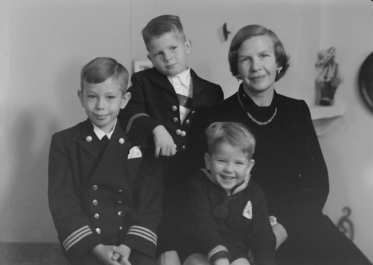 Fru Esther-Marie Wiig med sønnene Christian, Ole og Thorvald Edvard