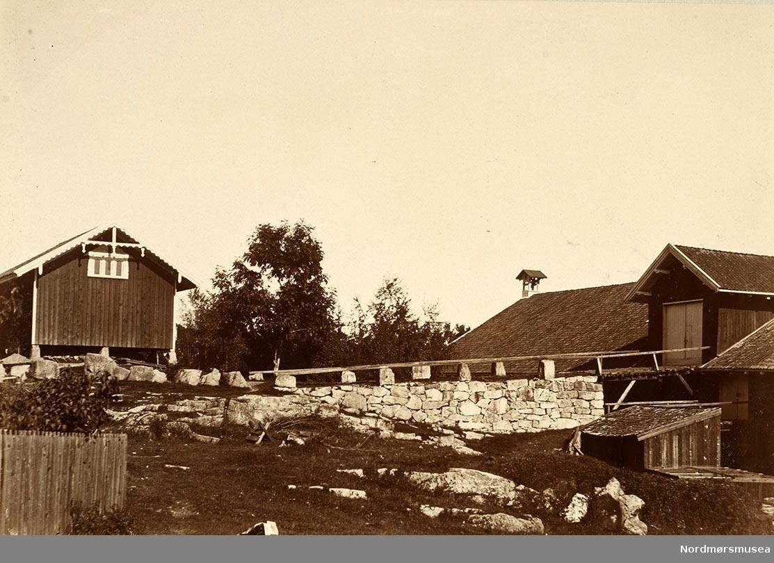 Bilde fra Marie Knudtzon (1879-1966) sin fotosamling. Se bilde nr KMb-2010-011.0001 for mer biografi. Fra Nordmøre museum sin fotosamling.
