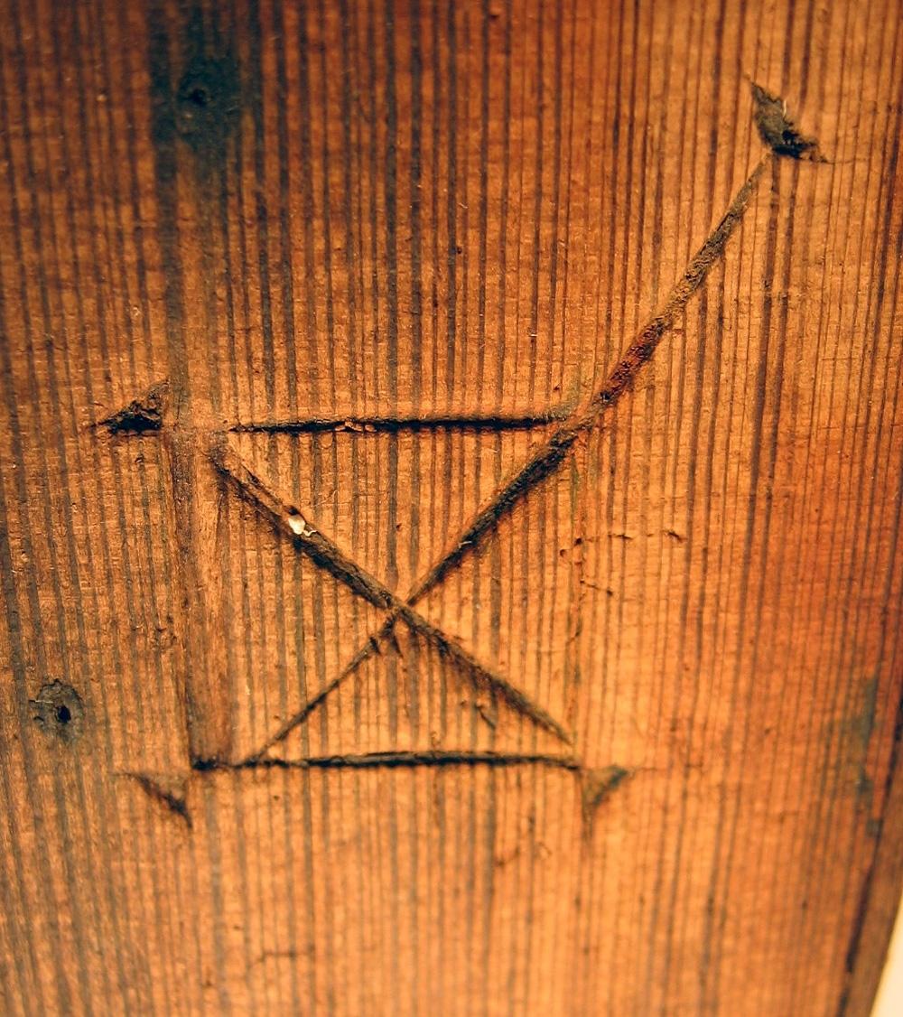 Lock till svepask med kvarsittande spånkant. Locket är försett med ett bomärke.