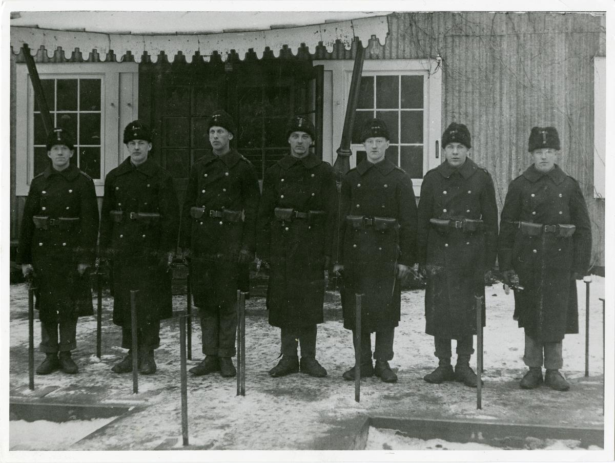 Uppställning framför vaktstuga 1910.