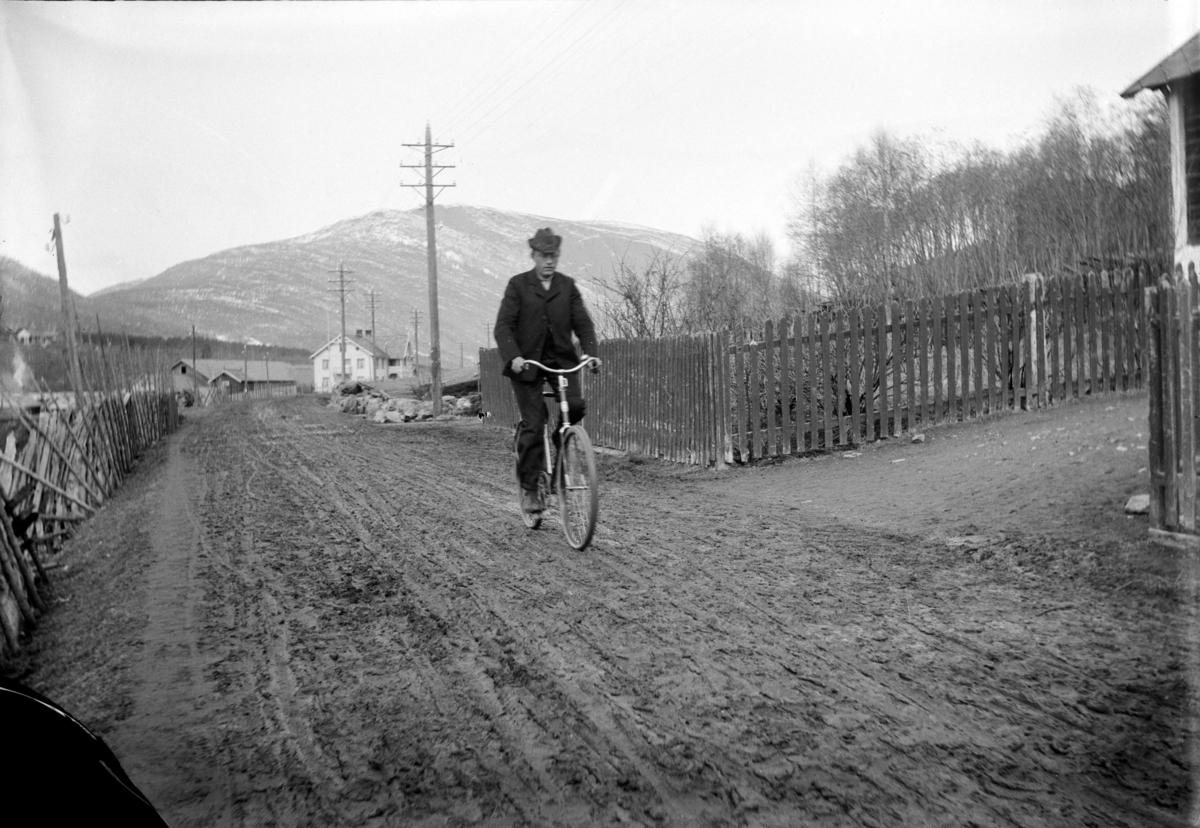 Nord-Fron kommune, Vinstra. Ukjent. Jon Skoe' s hus skimtes litt av til høgre. Byre gard i bakgrunnen 1905-11.