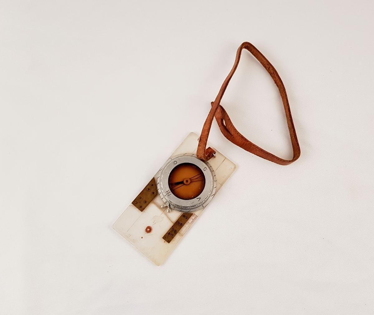Silva turkompass i plast og metall med lærreim.