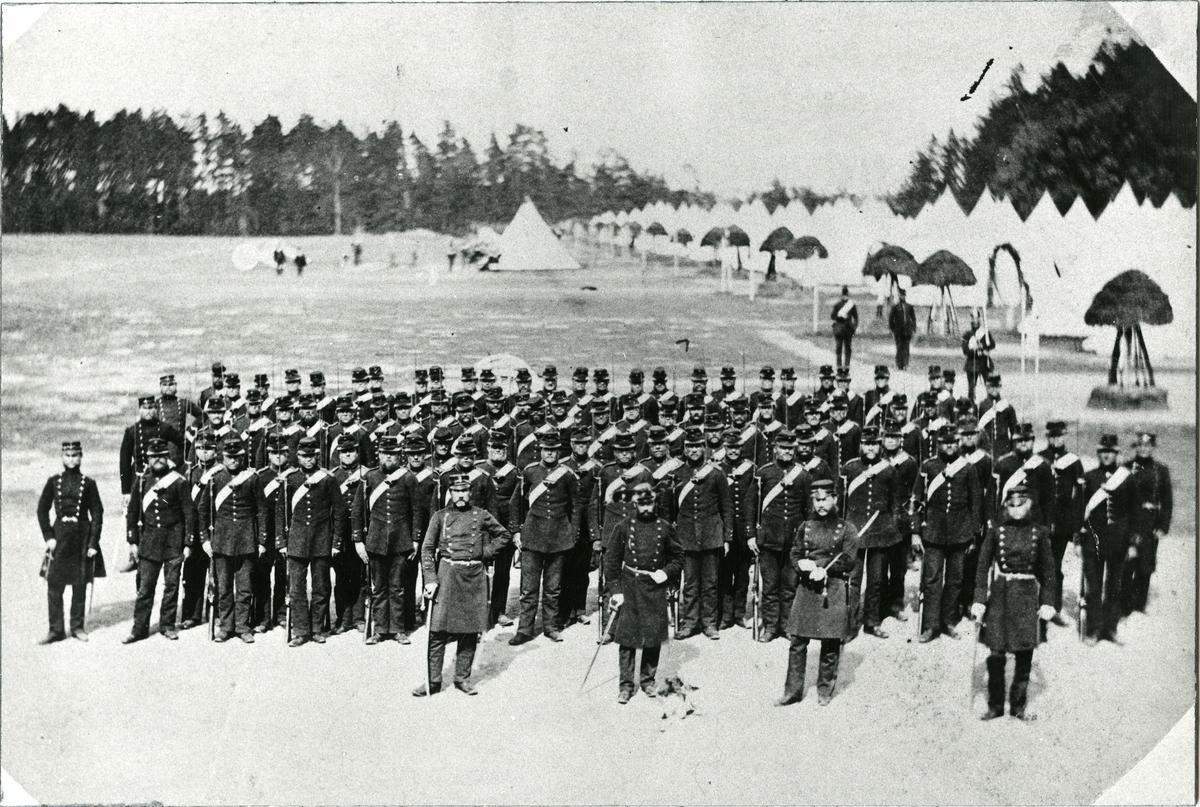 Officerare och soldater vid Jönköpings regemente I 12 på Skillingaryd.