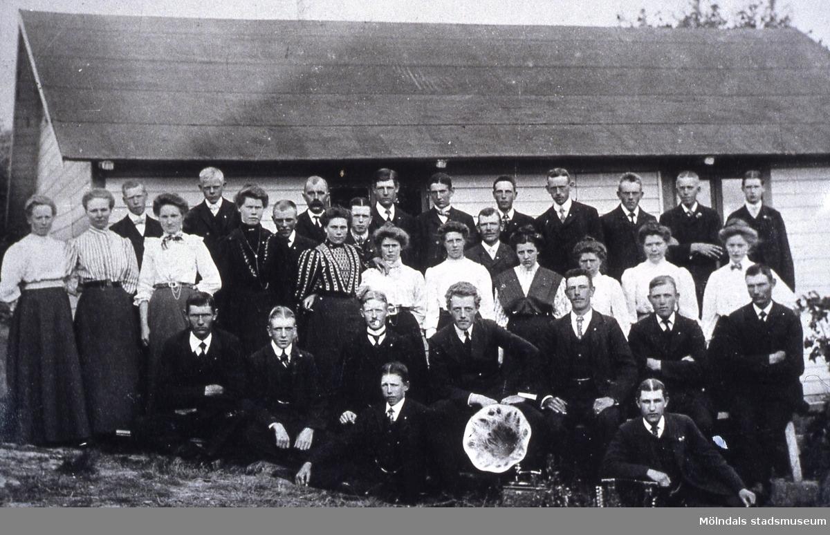 Grupporträtt av Fässbergs Nykterhetsförening som höll till i en byggnad på Östergården 1 i Fässberg, Mölndal. Reprofotografi.