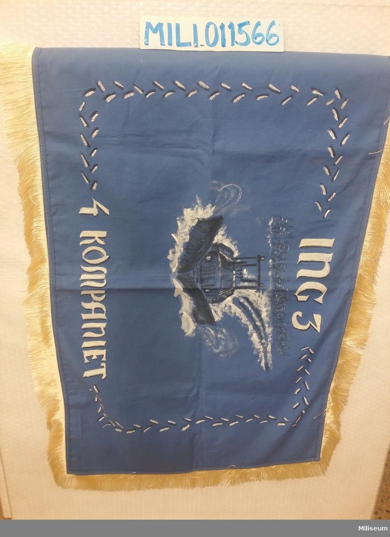 Kompanifana av enkelt blått tyg med målad dekor och med frans.