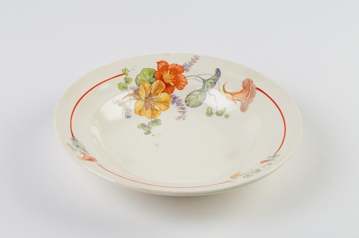 Dyp tallerken, dekorert med blomstermotiv på forsiden. På baksiden stempelet til Egersund Fayancefabrik.