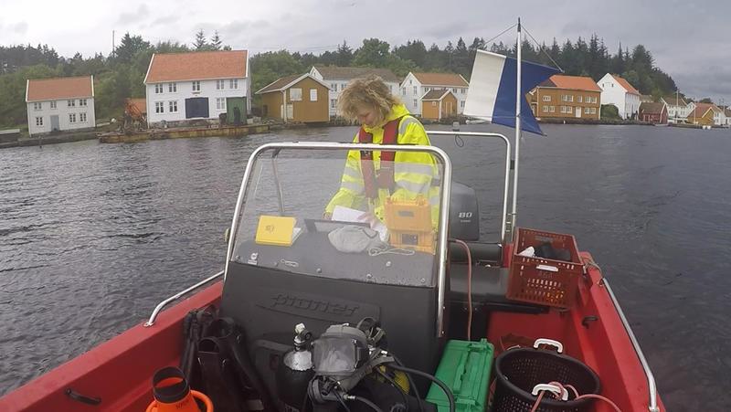 Arkeolog fra Norsk Maritimt Museum i dykkebåten i gamle Svinør havn. (Foto/Photo)